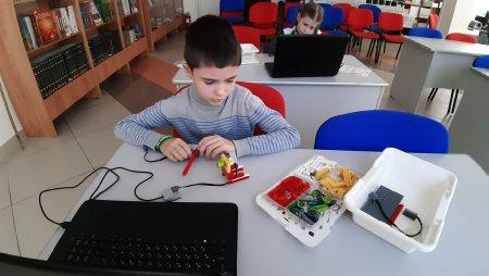"""На очередном занятии по """"Умной роботехнике"""" в Центральной библиотеке юные участники конструировали вентилятор. Так в игровой форме дети знакомятся с работой простых механизмов."""